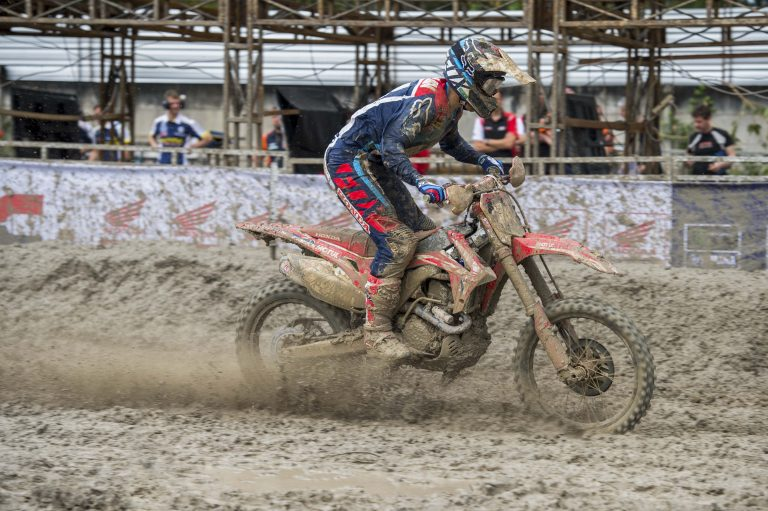 Deep mud creates a new challenge in qualifying for HRC MX2 | MX2